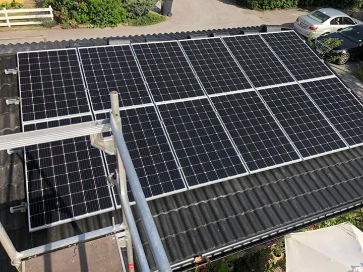 Nu håller vi på att byta taket på 2st hus där  vi även monterar solceller 👌🏻😃